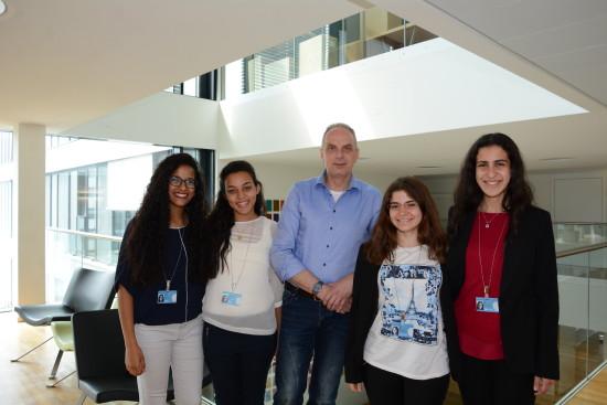 Detlef Müller, MdB beim interview mit ägyptischen Schülerinnen im Bundestag