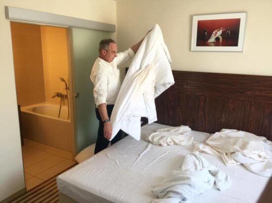 Detlef Müller beim Betten machen im Hotel an der Oper.