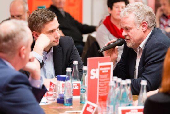 Detlef Müller am Küchtentisch von Martin Dulig in Aue.