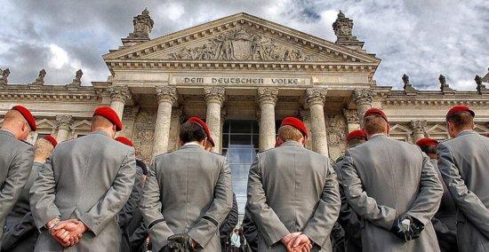 Bild von Soldaten der Bundeswehr vor dem Reichstag in Berlin